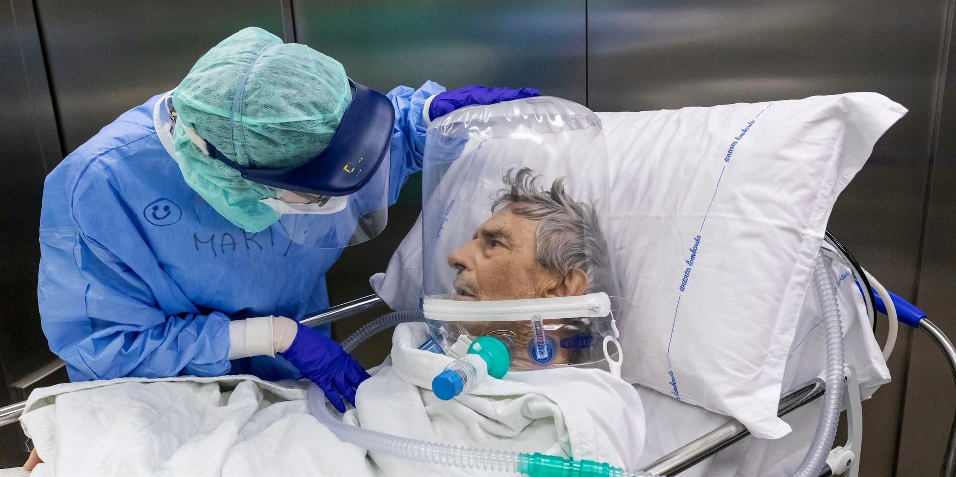 A nurse attends to a Covid-19 patient.