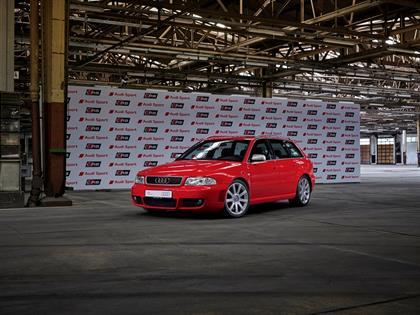 Audi RS 4 Avant (Typ B5), misano red8BIM