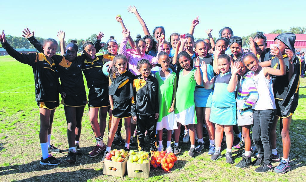 The Dolphins Netball Club hosted its first feeding scheme at the Stephan Reagan sports complex in Westridge on Saturday 17 August. The club fed netball players from the surrounding areas, including children from Tafelsig, Philippi, Khayelitsha, Langa, Manenberg, Hanover Park and Heideveld.
