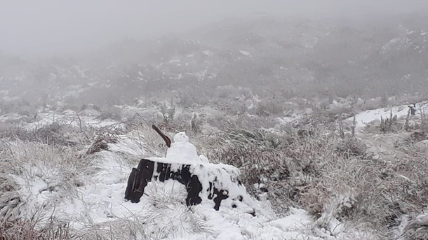Heavy snow fell in the Western Cape on the Swartberg Pass between Prince Albert and Oudtshoorn. (Supplied, Annemarié Basson, file)