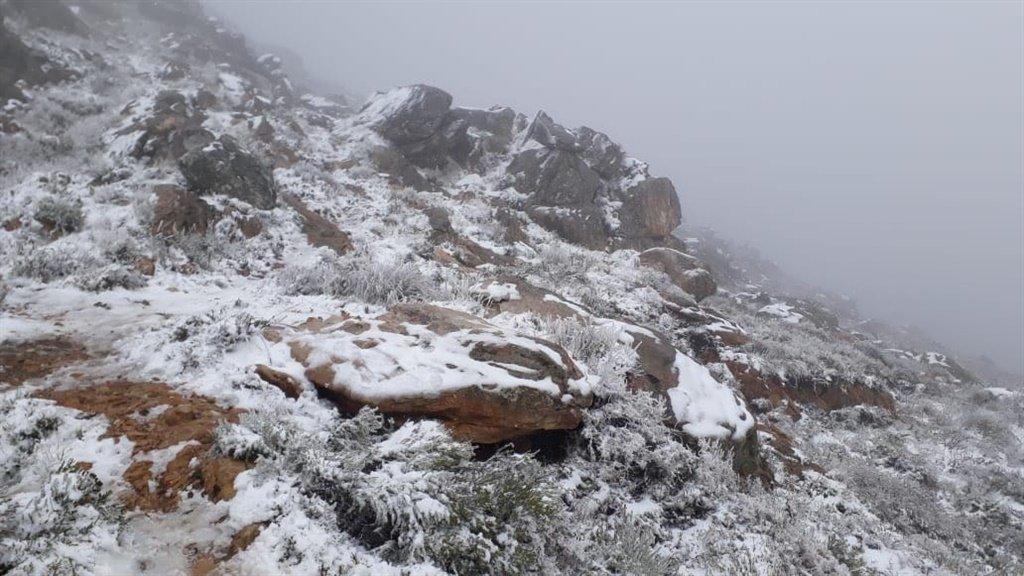 Heavy snow fell in the Western Cape on the Swartberg Pass between Prince Albert and Oudtshoorn on Saturday. (Photo: Annemarié Basson)