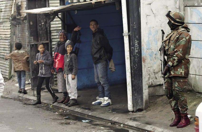 News24.com | ONTLEDING: Soldate sal nie bendegeweld belemmer nie omdat die weermag in 'n jammerte toestand is
