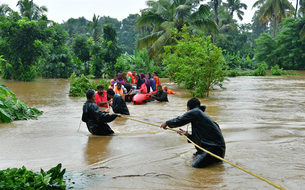 Rescue personals evacuate families affected by floods at Eloor, in Ernakulam district, in the Indian state of Kerala. (STR, AFP)