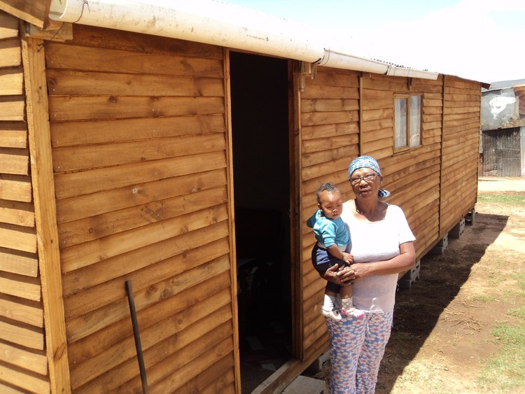 Gloria Matebe, who lives in an informal settlement in Oudtshoorn, collected her own wood and built herself a Wendy house. (Mpumi Kiva, GroundUp)