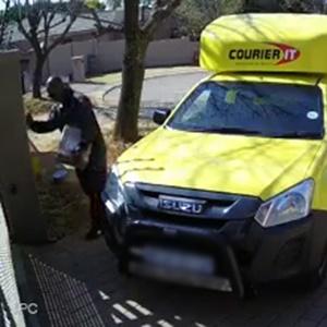 News24.com | KYK | Gewapende mans hou koerierafleweringspersoneel in Johannesburg op