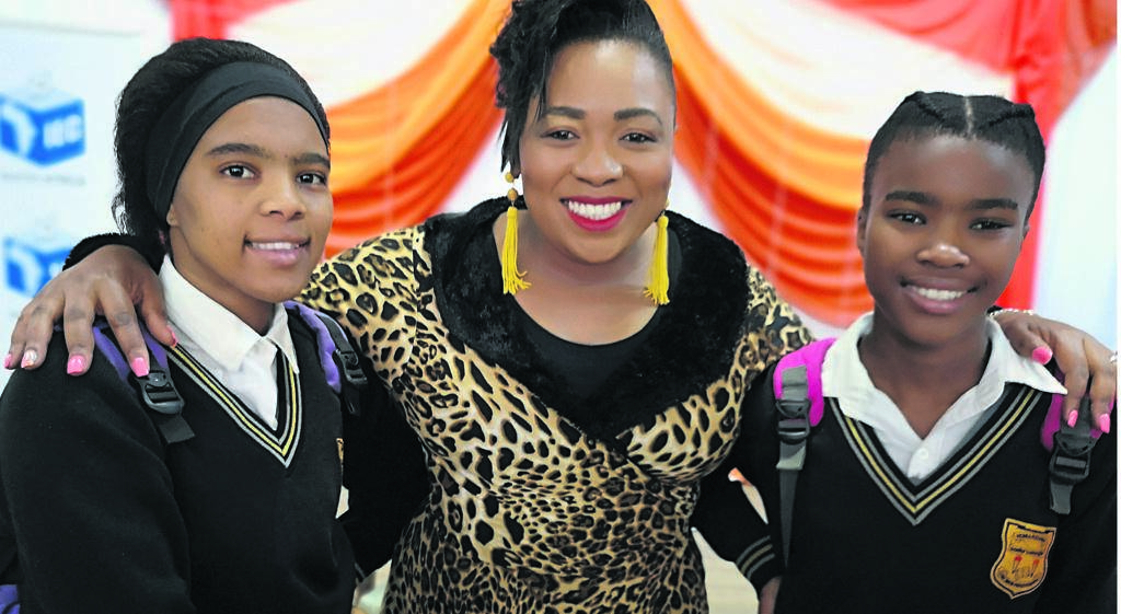 Stephanie Baartman (centre), with young fans Joslyn van Rooyen and Aviwe Silani at Humansdorp Senior Secondary School.           Photo:SUPPLIED