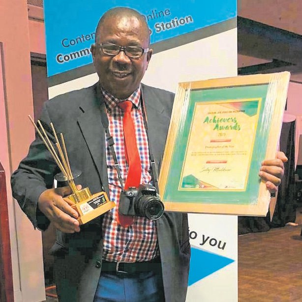 Port Elizabeth Express sport correspondent, Selby Madikane, was awarded as the Photographer of the Year at the prestigious Eastern Cape Sport and Recreation Achievers Awards at a function that was held in the East London International Conference Centre on Friday, August 30. This is the second time that he wins this award. The awards honoured individuals, federations and teams who have excelled on and off the sports field between June 1, 2018, and June 30, 2019. This year's theme was 'Celebrating 25 years of Democracy through Sport and Recreation'. Selby also received a certificate for being a Journalist of the Year finalist.      Photo: Zane Mrwebi