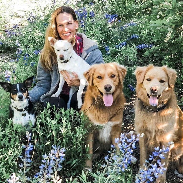 Die aktrise saam met haar hondekinders. Foto: Inst