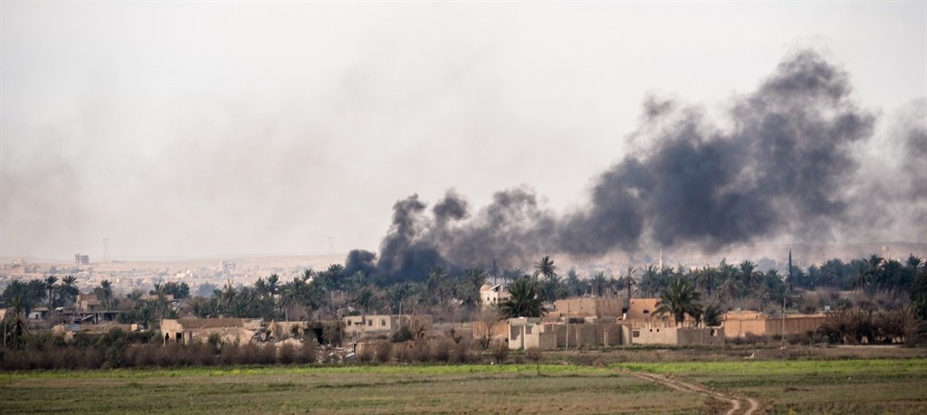 Smoke  after the shelling of Islamic Stateâ??s las