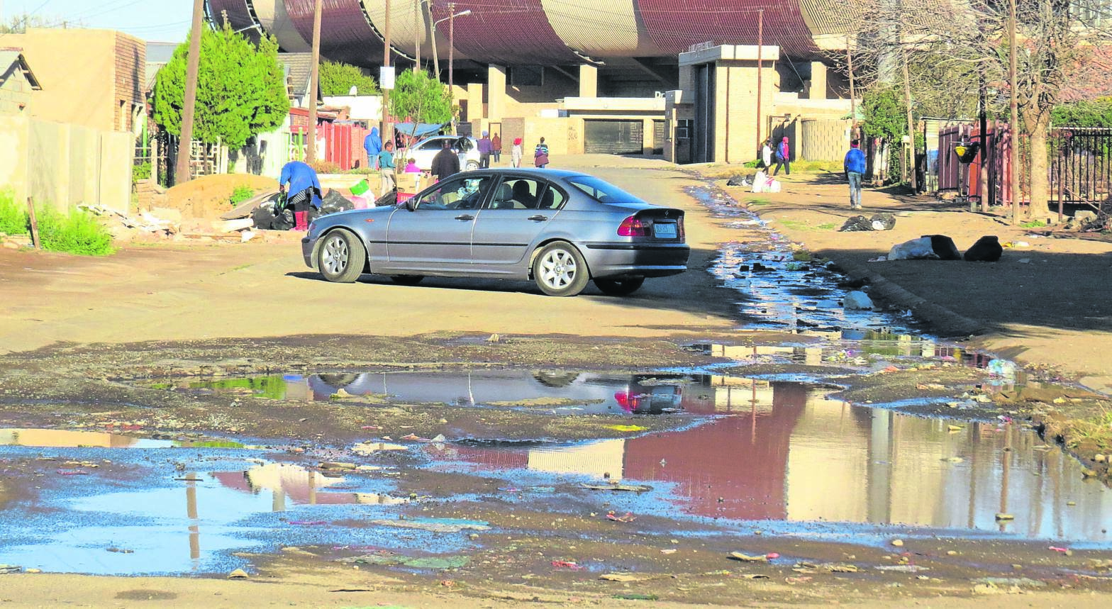 Due to a burst pipe at a recreational swimming pool near the Mangaung Indoor Sports Centre, water is streaming down Thakalekoala Street in Rocklands, Bloemfontein. Photo: Teboho Setena