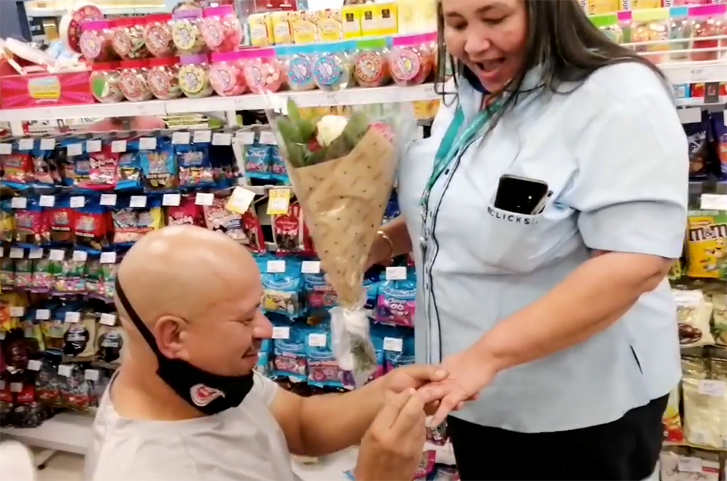 Stephen Classen proposes to Noleen Gysman at busy Clicks store. Photo: Carlyn Matthews/Facebook
