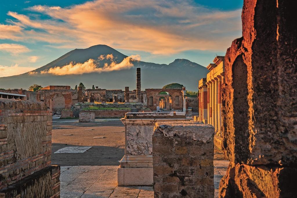 Die vulkaniese berg Vesuvius troon oor die stad Po
