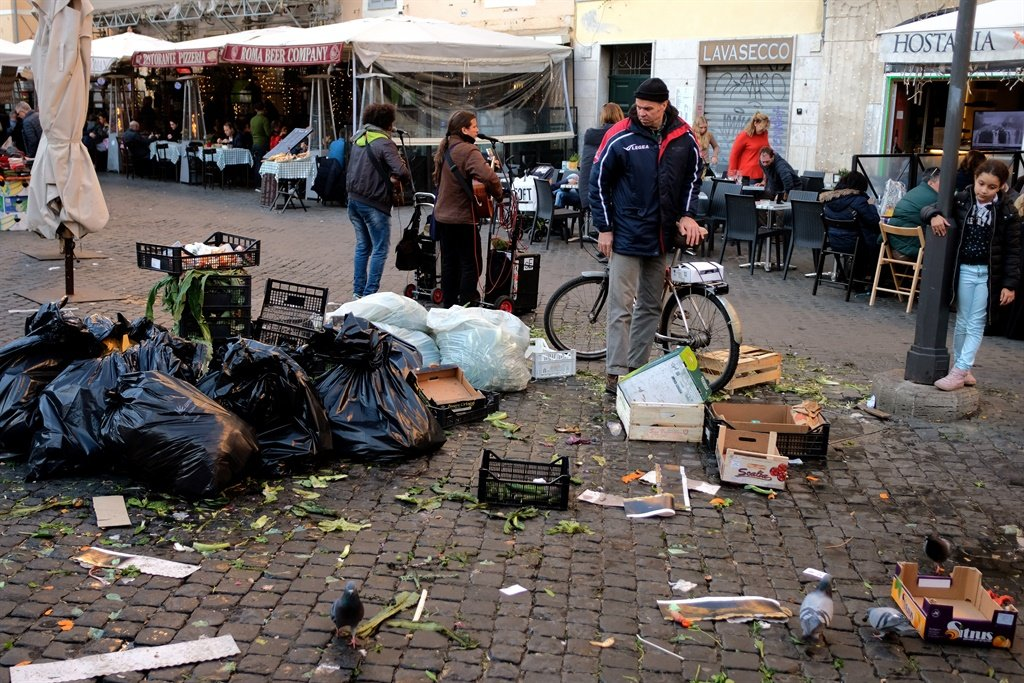 Rome is suffering from a chronic rubbish collection issue which has been ongoing since Christmas Eve. (Alberto Pizzoli, AFP)