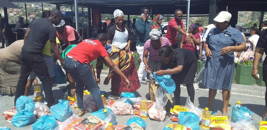 Mojos Foundation giving out food parcels to reside