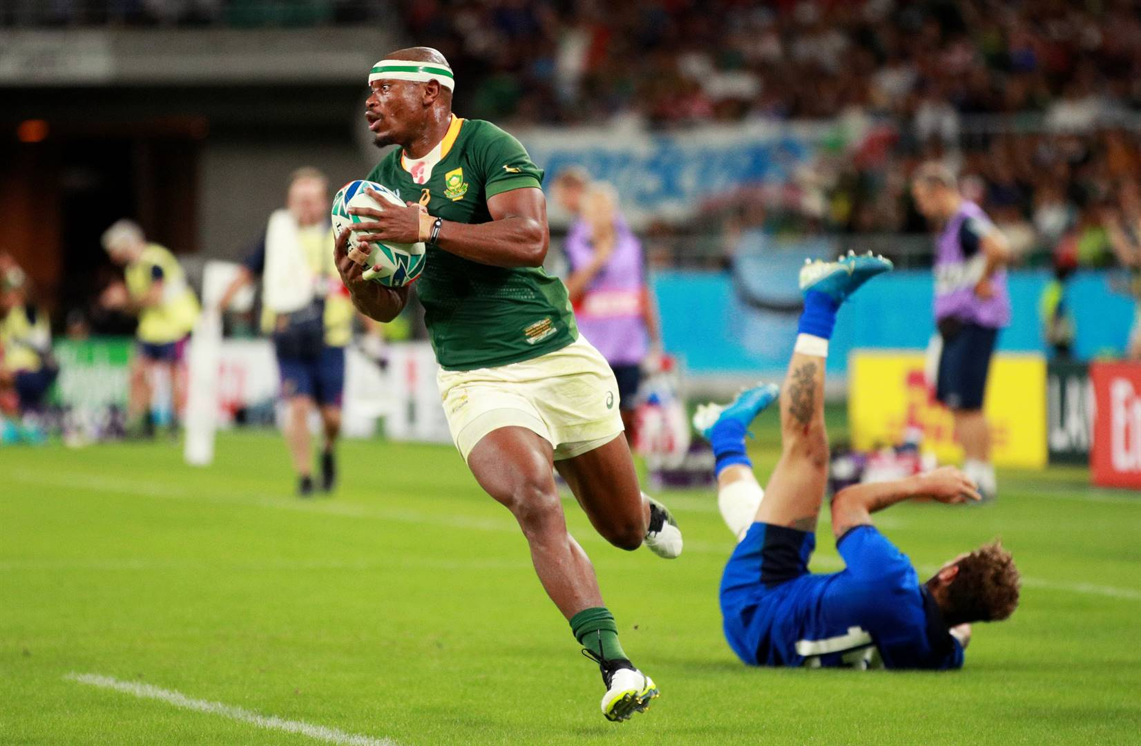 Makazole Mapimpi scores one of the Springboks' seven tries during its match against Italy. Photo: Getty Images