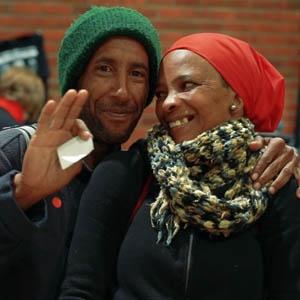News24.com | KYK | Voormalige straatmense het bustoer en viering getrakteer