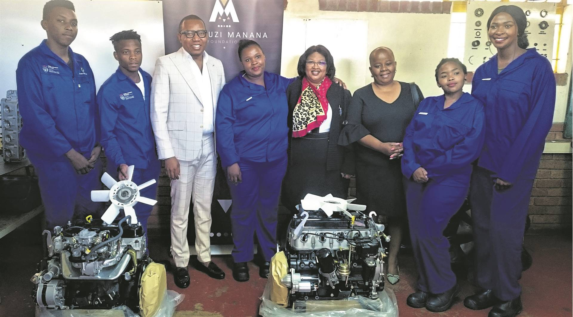 The Mduduzi Manana Foundation (MMF) donated automotive mechanical engineering components to the Motheo Technical and Vocational Education and Training (TVET) College in Bloemfontein on Thursday (10/10). At the presentation are, from the left: Khahliso Phakisi, Thabiso Mpatsa, Mduduzi Manana (MMF chairperson), Dineo Makhothi, Prof. Dipiloane Phutsisi (Motheo TVET College principal), Matseliso Mfanta (Motheo TVET College council member), Nthabeleng Mokwena and Phila Ngculu. Photo: Khumisho Dithebe
