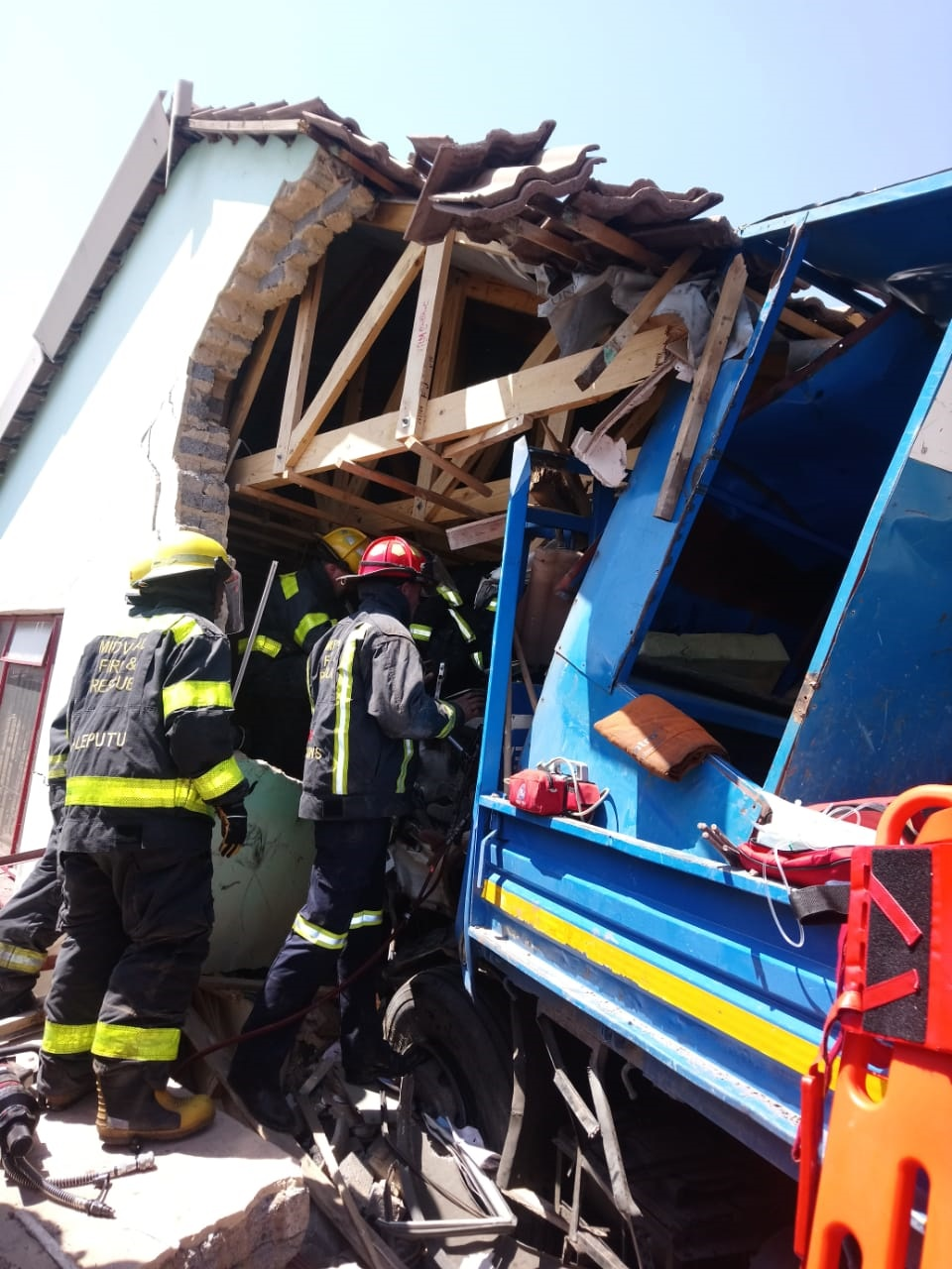 News24.com | Three injured as truck crashes into house in Meyerton