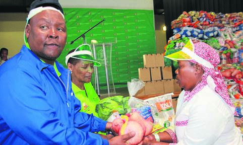 The Free State MEC for Agriculture and Rural Development, William Bulwane, and the MEC for Social Development, Mamiki Qabathe (second from the left), on Thursday (31/10) jointly handed over vegetables to Mamosotho Maboka (right) in the spirit World Food Day, celebrated on 16 October, at the Glen Agricultural College outside Bloemfontein. Photo: Dan Xangaza