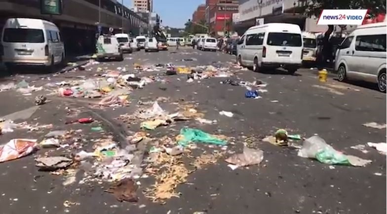 News24.com | WATCH: City of Tshwane workers block streets, dump rubbish before wage deal is struck
