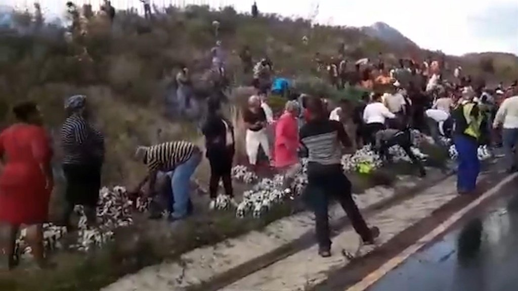 News24.com | WATCH | Crowds loot alcohol from scene of fatal truck accident