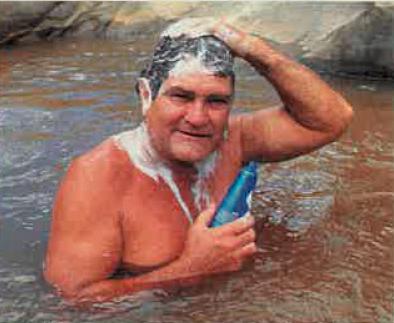 Te lekker bad Pieter in die Motalerivier.