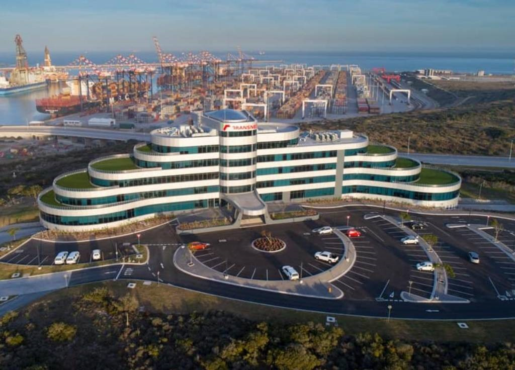 The design of the shiny eMendi Building, the new headquarters of Transnet National Ports Authority created by Port Elizabeth architect Dominic Bonness from Eastern Cape Infrastructure Joint Venture, is inspired by a ship sailing through the waves.