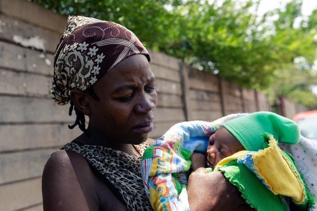News24.com | Zimbabwe's health woes: 250 babies born in make-shift maternity clinic as system continues to suffer