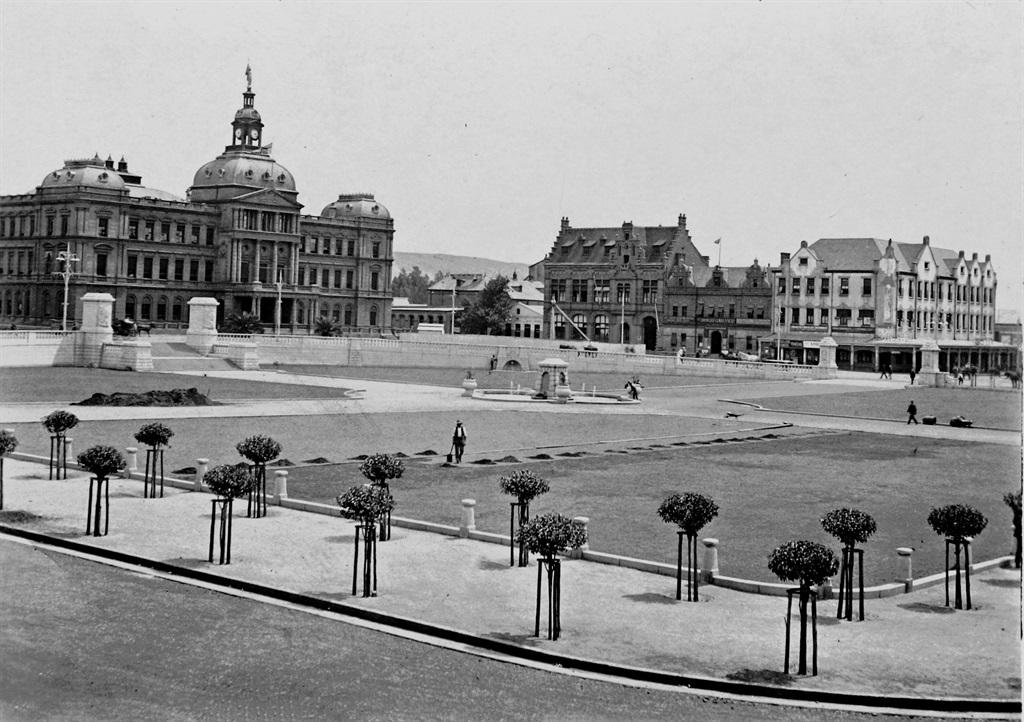 Die Raadsaal en, regs, die Ou Nederlandse Bankgebo