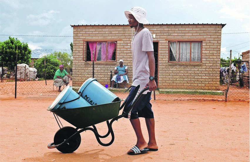 File photo: Waiting on water tanker truck to arrive. (Tebogo Letsie/City Press)