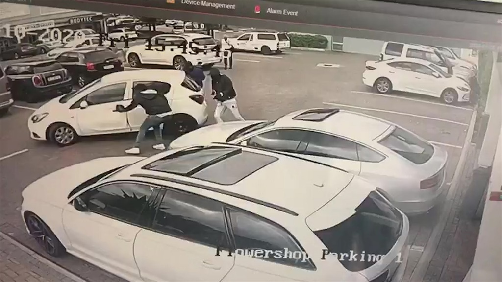 CCTV footage captured a man fighting back after being robbed at the Hobart shopping mall in Bryanston, Johannesburg. (Supplied)