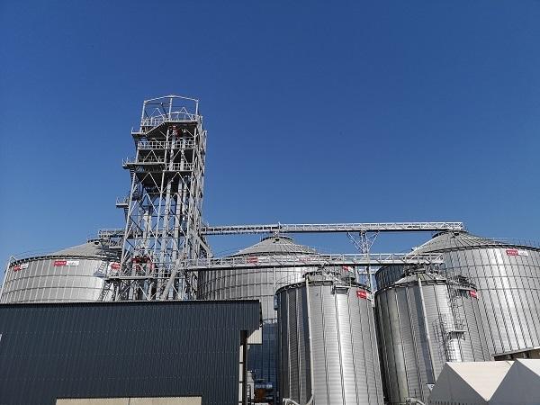 Die nuwe opbergingskompleks van Grain Handlers wat op Kroonstad gebou is. Deur die silo's reg langs Premium Foods se meule op te rig, kan die maatskappy vervoerkoste aansienlik verminder, wat voordeel vir graanboere inhou. Foto: Gerrit Bezuidenhout