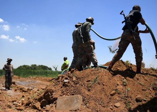 Members of the South African National Defence Force (SANDF) do some work at a water pump in Boitumelo at the Vaal River. (Deaan Vivier, Gallo Images, Netwerk24, file)