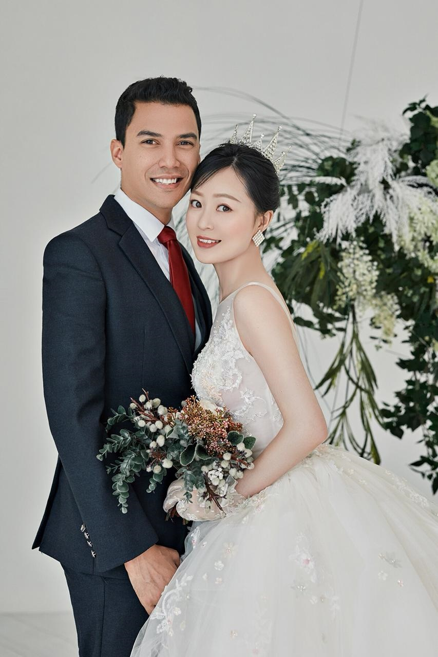 Leicester Maneveld, from Cape Town, with his wife Dandan Chen (Supplied: Leicester Maneveld)