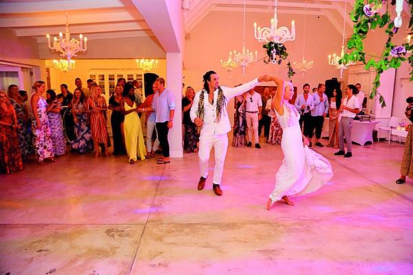Die bruidspaar open die dansbaan. Foto: Corrie Hansen