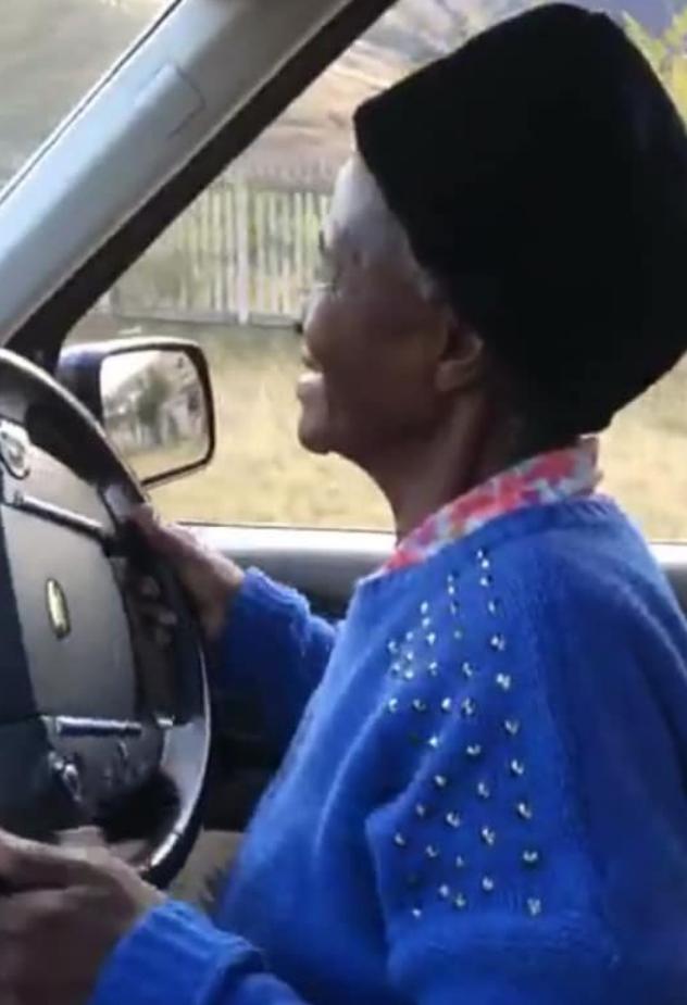 Gogo Girlie agter die stuur. Foto: Facebook