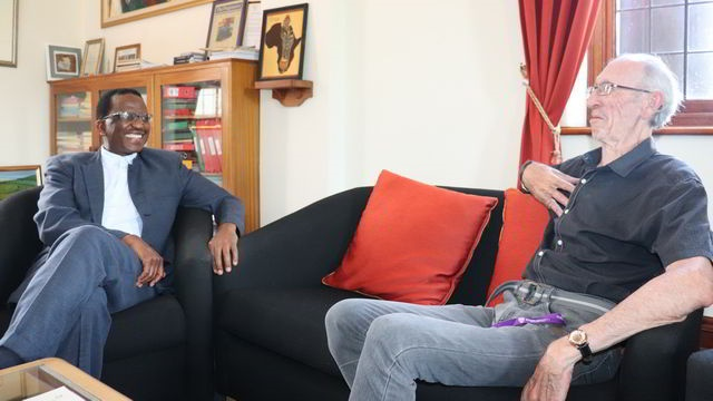 Michael Willemse having a conversation with Rhodes University vice-chancellor Dr Sizwe Mabizela.